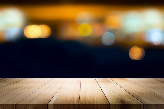 Tavolo in legno con sfocatura coffee shop.