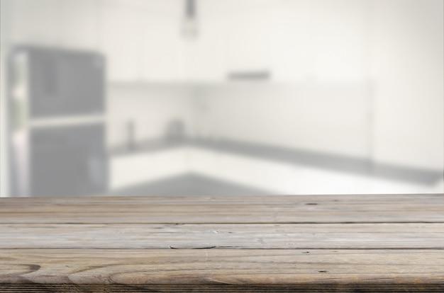 Tavolo in legno con sfocatura cucina
