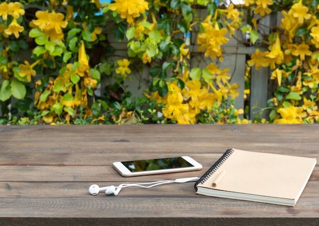 Tavolo in legno con sfondo di bellissimi fiori gialli