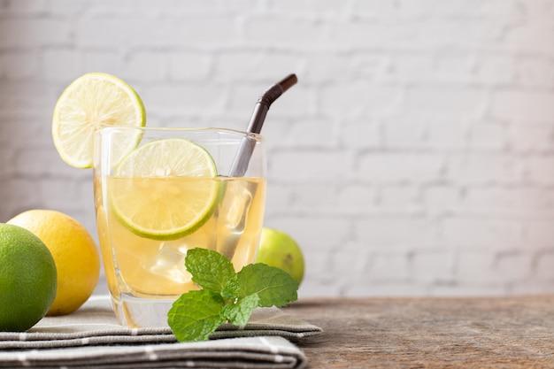Tavolo in legno con succo di limone appena spremuto.