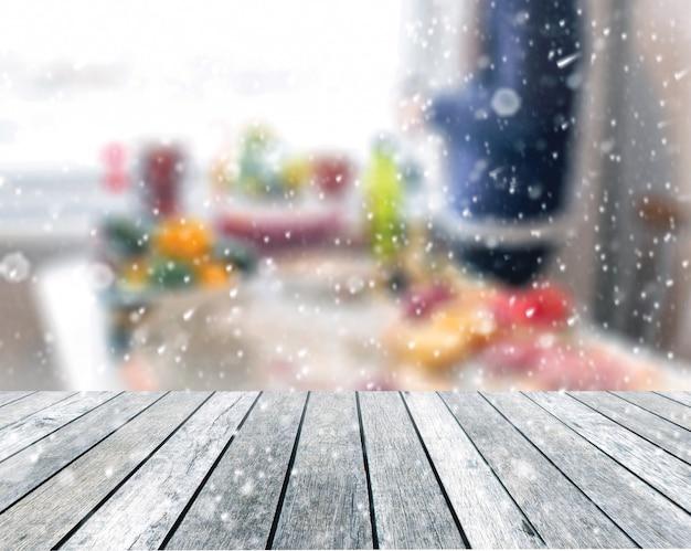 Tavolo in legno con uomo che tiene tazza con molti cibi in festa di capodanno