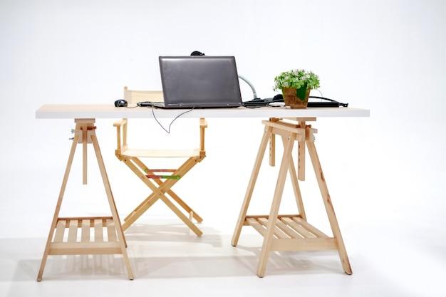 Tavolo in legno da studio con laptop e microfono
