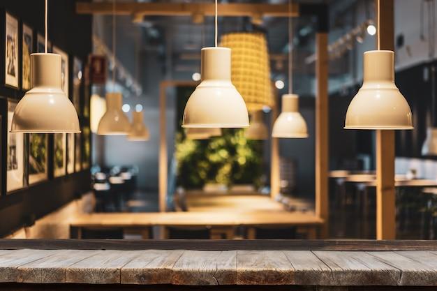 Tavolo in legno davanti alla lampadina decorativa moderna