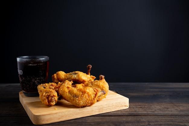 Tavolo in legno di pollo fritto.
