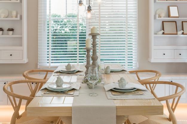 Tavolo in legno e sedia in sala da pranzo vintage a casa. interno della sala da pranzo a casa.