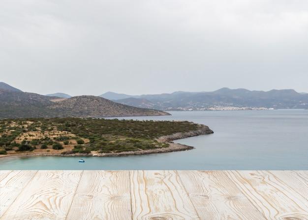 Tavolo in legno e vista mare