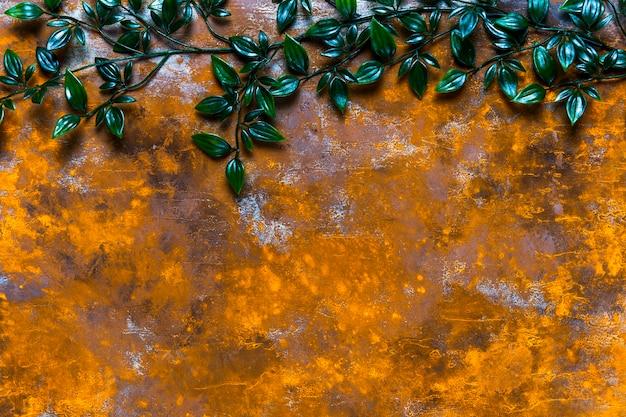 Tavolo in legno invecchiato con foglie