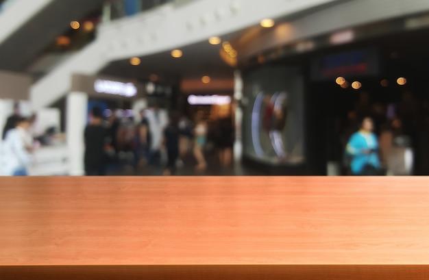 Tavolo in legno nel centro commerciale o grande magazzino.