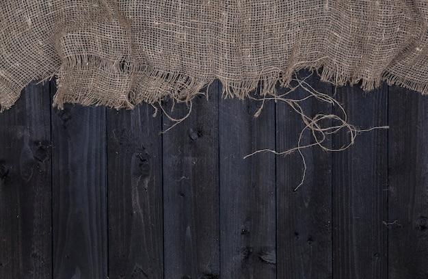 Tavolo in legno scuro con tela, vista dall'alto