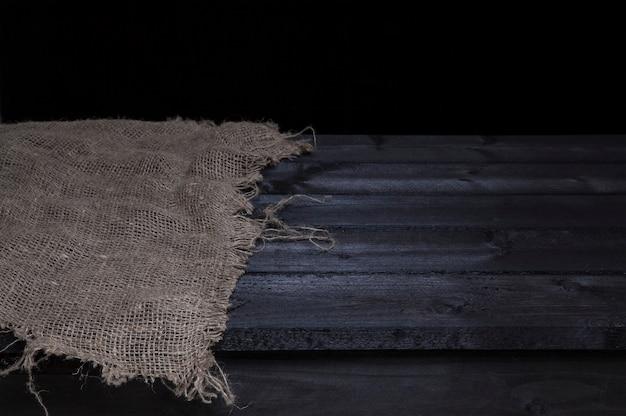 Tavolo in legno scuro per il montaggio dell'esposizione del prodotto