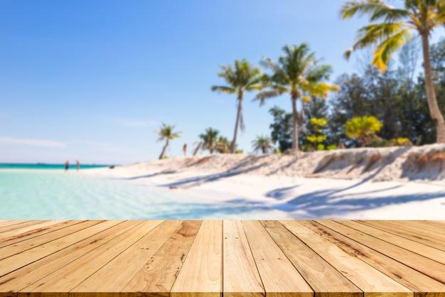 Tavolo in legno sfondo di spazio libero per la decorazione e il paesaggio estivo.