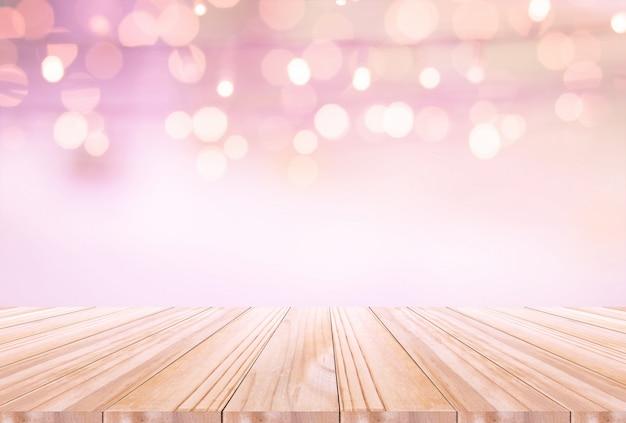 Tavolo in legno su sfondo disfocus. può essere utilizzato per visualizzare o montare i tuoi prodotti