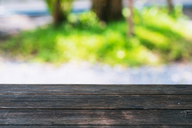 Tavolo in legno sul giardino sfocatura