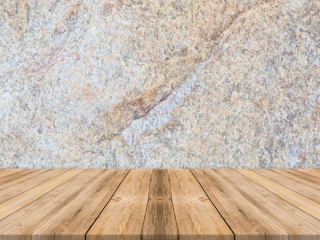 Tavolo in legno tropicale vuoto con parete in pietra scura