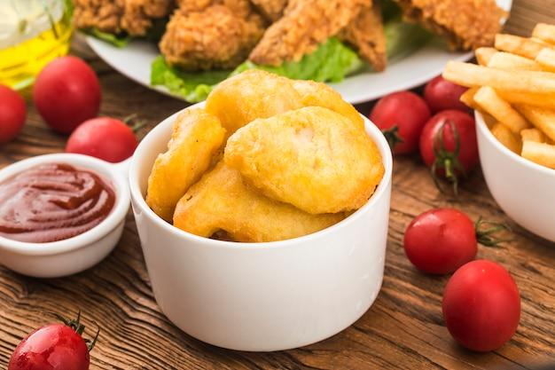 Tavolo in legno vintage con crocchette di pollo fresche