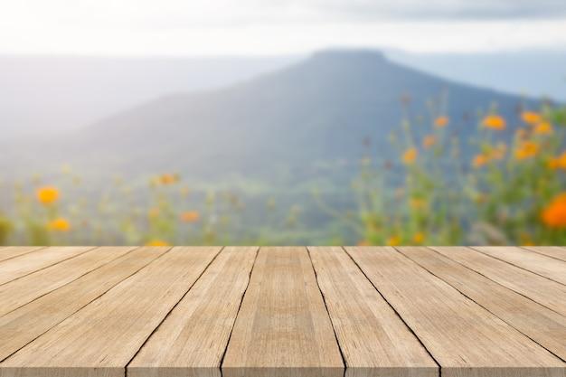 Tavolo in legno vuoto vuoto su sfondo sfocato a phu pa por mountian, spazio per i prodotti di montaggio