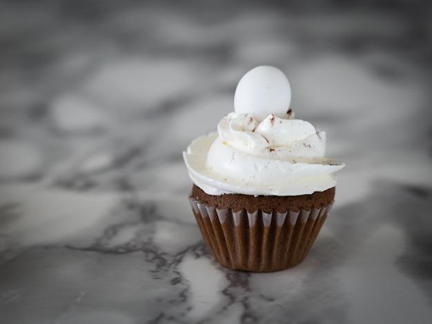 Tavolo in marmo gustoso cupcake pasquale. copia spazio