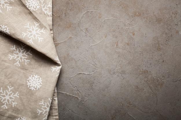Tavolo in pietra da cucina con asciugamano.