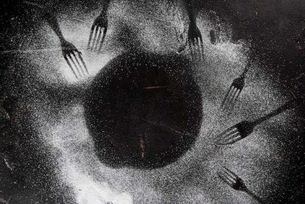 Tavolo in pietra nera cosparso di zucchero a velo