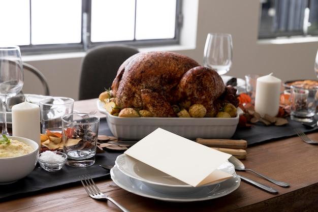 Tavolo in primo piano con cibo per il giorno del ringraziamento