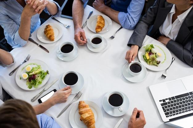 Tavolo in ristorante durante la riunione d'affari