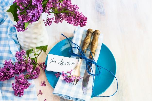 Tavolo interno in stile primavera con posate