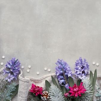 Tavolo invernale con fiori stagionali giacinto blu e crisantemo bordeaux, composizione quadrata, vista dall'alto con spazio di copia