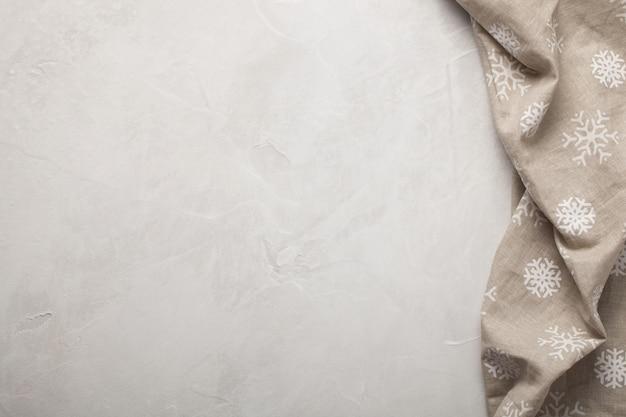 Tavolo luminoso in pietra da cucina con asciugamano.