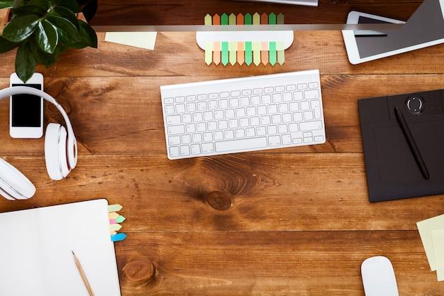 Tavolo moderno con organizer per notebook e monitor del computer sullo scrittorio di legno marrone