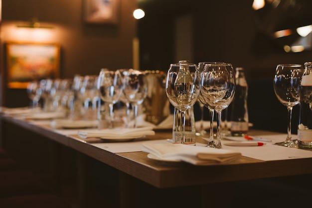 Tavolo nel ristorante, servito per degustazione di vini.