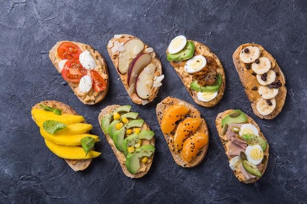 Tavolo per aperitivi con stuzzichini italiani. brushetta o autentico set di tapas spagnole tradizionali, varietà