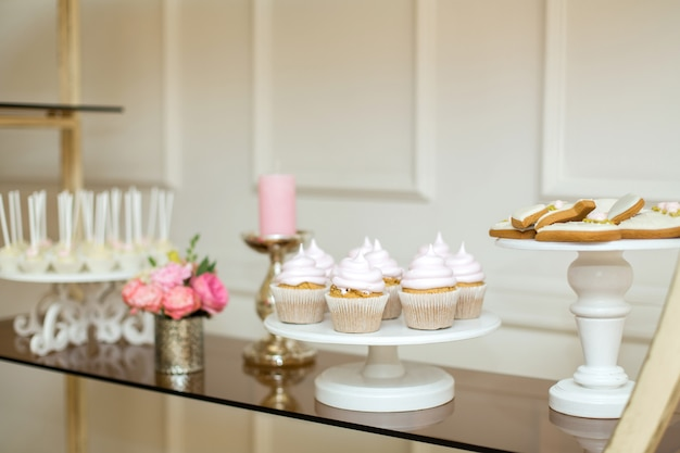 Tavolo per eventi con dolci, minimal decorato con fiori freschi