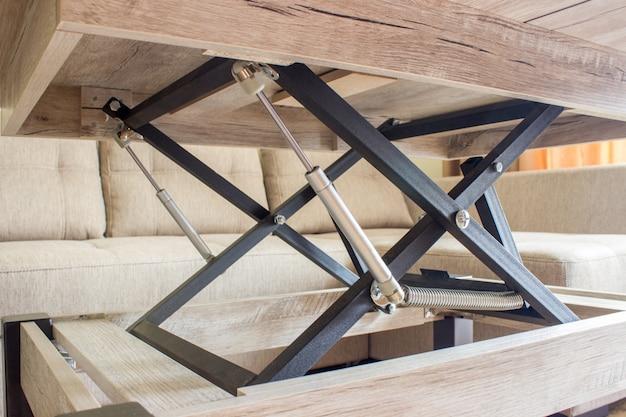 Tavolo pieghevole nella stanza, trasformatore da tavolo.