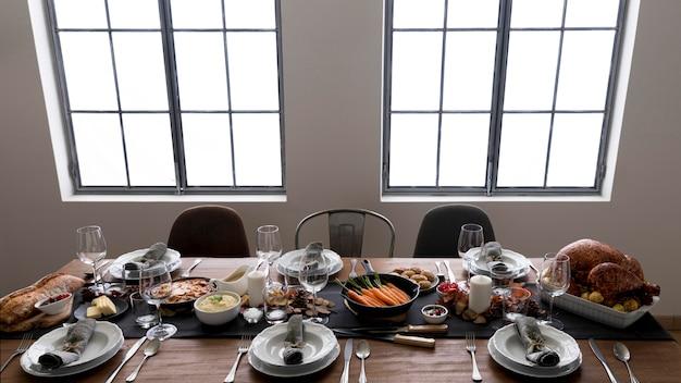 Tavolo preparato per il giorno del ringraziamento