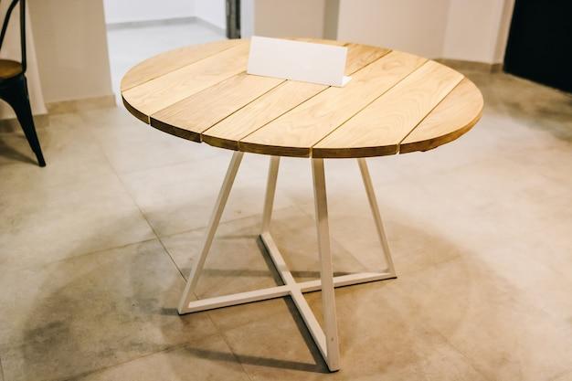 Tavolo rotondo pieghevole in legno per attività ricreative all'aperto.