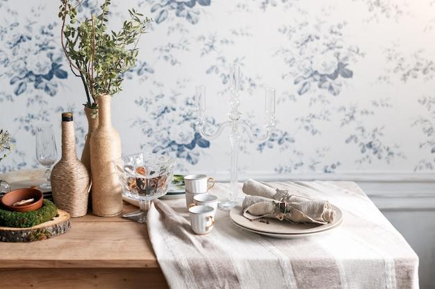 Tavolo rustico. design eco-friendly interni vintage con legno, tazze antiche, piatti e posate