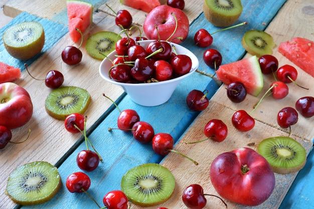 Tavolo rustico pieno di pezzi di anguria, melone