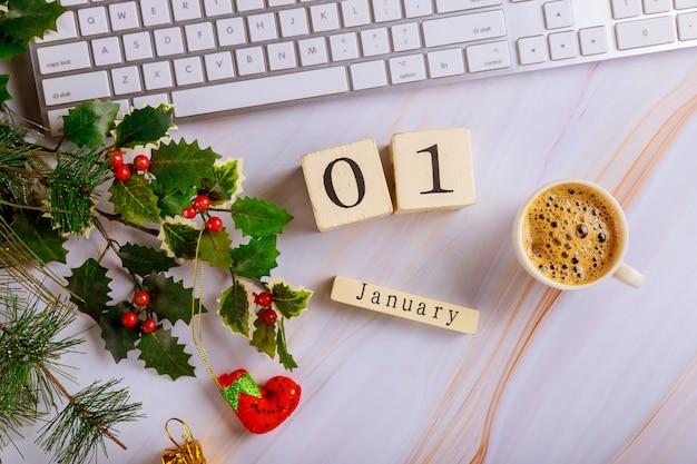 Tavolo scrivania con tastiera del computer e tazza di caffè con albero di natale decorato vista dall'alto copia spazio 1 gennaio capodanno