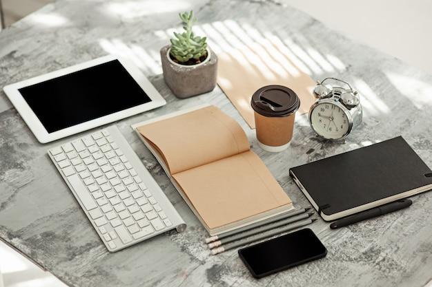 Tavolo scrivania da ufficio con computer, forniture e telefono
