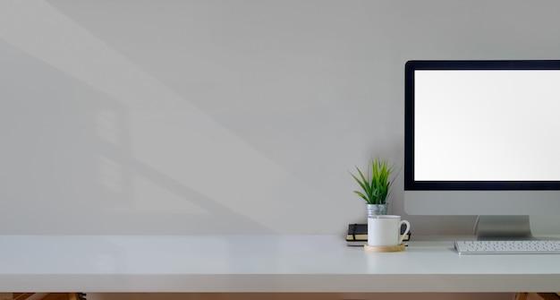 Tavolo scrivania da ufficio con computer mockup