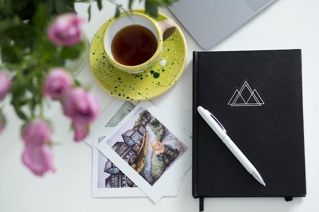 Tavolo scrivania da ufficio con forniture. oggetti e posto di lavoro di affari freelance.