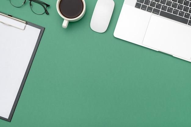 Tavolo scrivania da ufficio con laptop e forniture