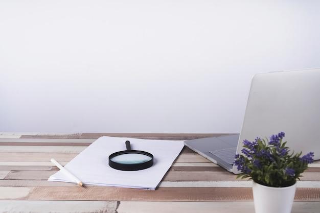 Tavolo scrivania in legno con documenti e laptop