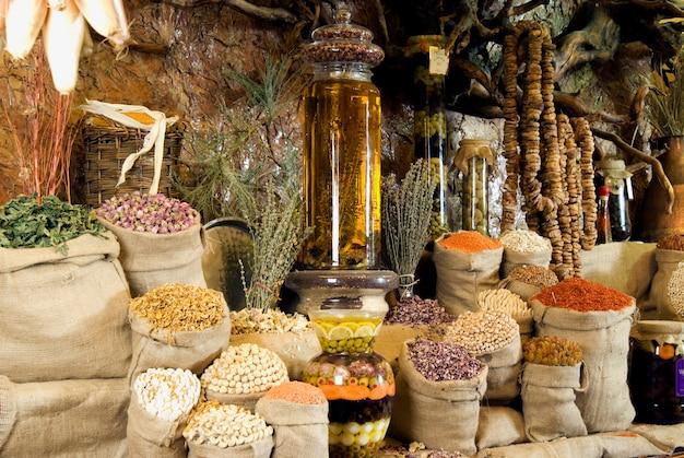 Tavolo servito con piatti tradizionali del medio oriente. borse.