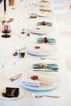 Tavolo servito per un banchetto