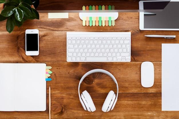 Tavolo tech con organizer per notebook e monitor per computer sullo scrittorio di legno marrone
