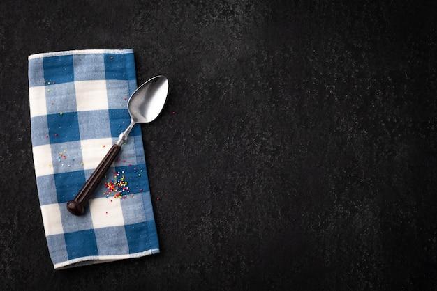 Tavolo vintage con cucchiaio e napery