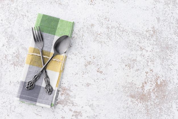 Tavolo vintage con cucchiaio, forchetta e napery