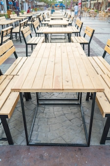 Tavolo vuoto e sedia in ristorante