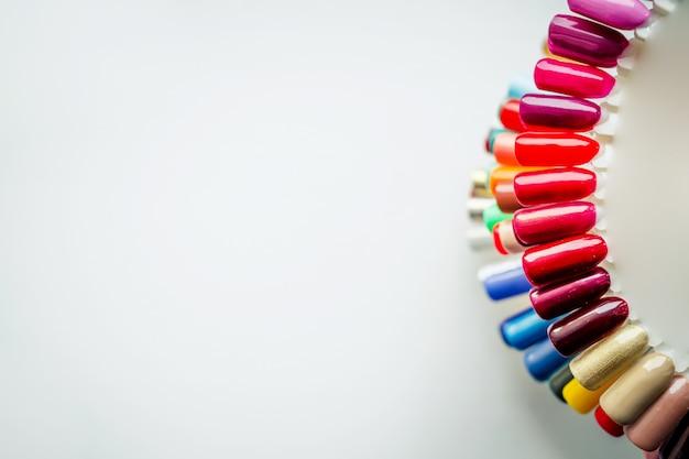 Tavolozza con campioni di smalto. una raccolta di campioni di vernice per manicure. unghie sane messa a fuoco selettiva copyspace. campioni di design per unghie